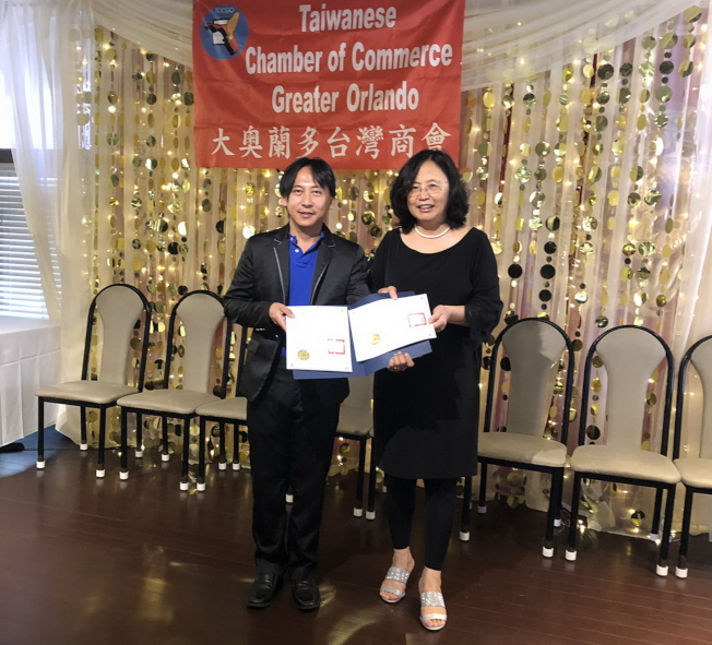 大奧台商會會長徐國鈴(右)頒發感謝狀及聘任證書給副會長林哲光(左)。(林哲光提供)