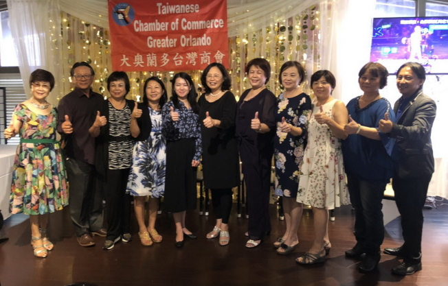 大奧蘭多台灣商會會長徐國鈴(左六)與理事群合影,僑務秘書吳佩芬(左五)。(林哲光提供)