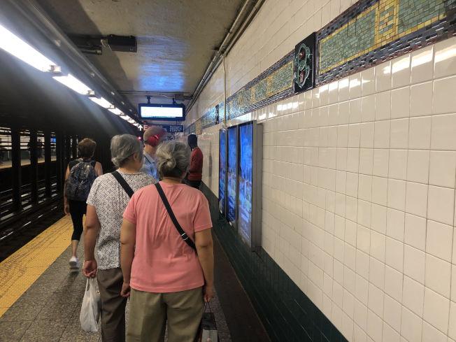 熱浪襲紐約,許多地鐵站內悶熱高溫,每年都有人在地鐵站因高溫中暑甚至暈倒。(記者張晨/攝影)