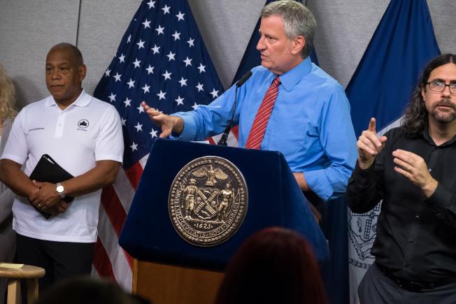 白思豪19日更新高溫預警,紐約在周末將出現破百度熱浪。(市長辦公室提供)