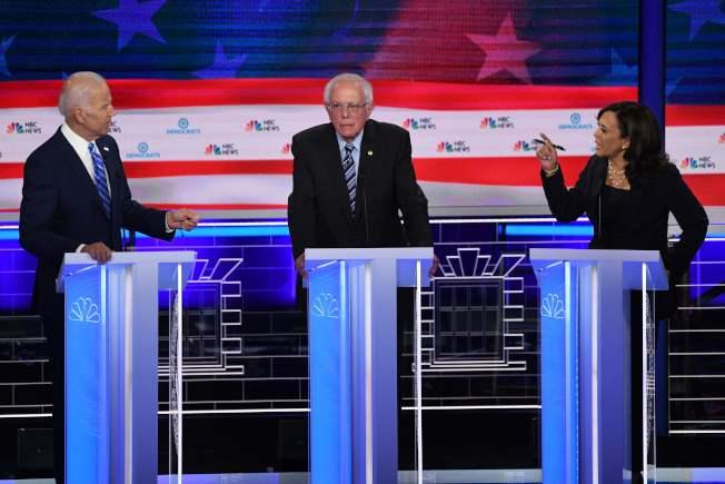 民主黨總統參選人白登(左)與賀錦麗(右)在第二場辯論仍然分在同一組,圖為兩人在第一場辯論互掐,夾在中間的桑德斯,這一次分在另一組。(Getty Images)
