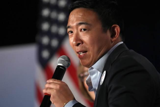 爭取民主黨總統提名的華裔楊安澤,在愛阿華州AARP說明政見。(Getty Images)