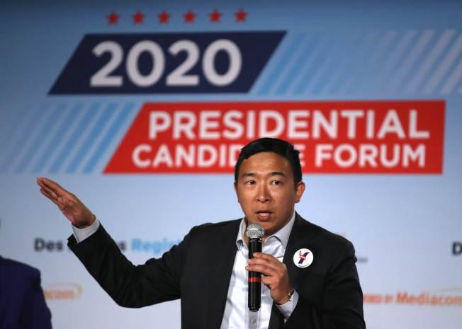 爭取民主黨總統提名的華裔楊安澤,在愛阿華州參加AARP舉辦的論壇。(Getty Images)
