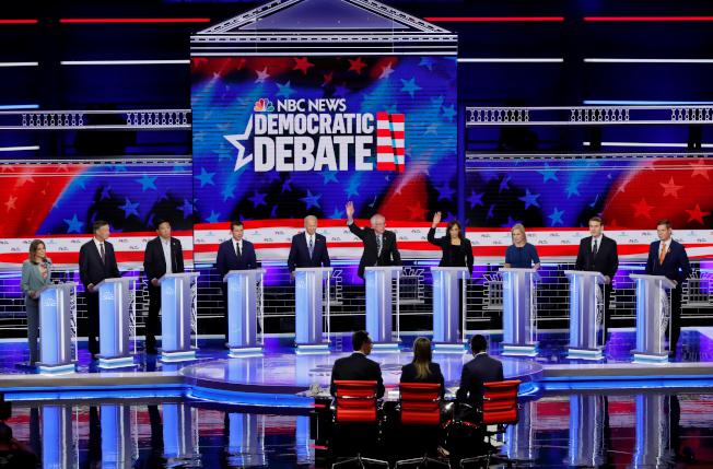 民主黨第二場初選辯論將於月底登場,仍然分成兩組,在兩個晚上捉對廝殺。圖為民主黨第一場初選辯論的資料照片。(路透)