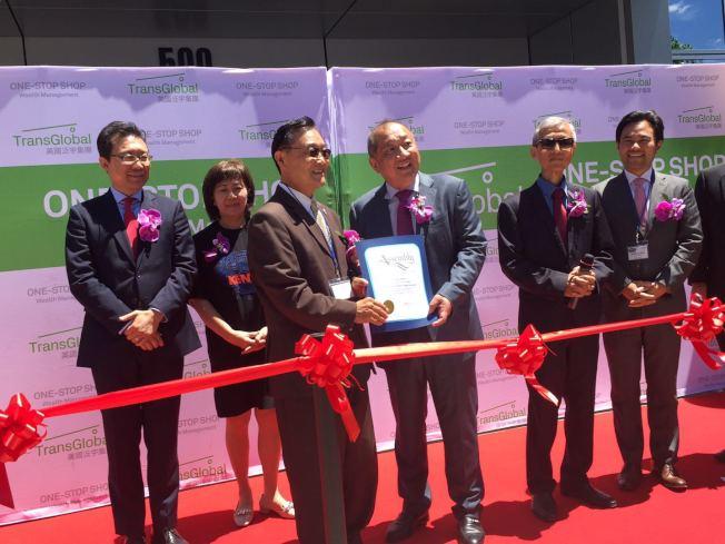 加州眾議員崔錫浩(前左)向泛宇集團總裁胡正國頒授榮譽狀。(記者尚頴/攝影)
