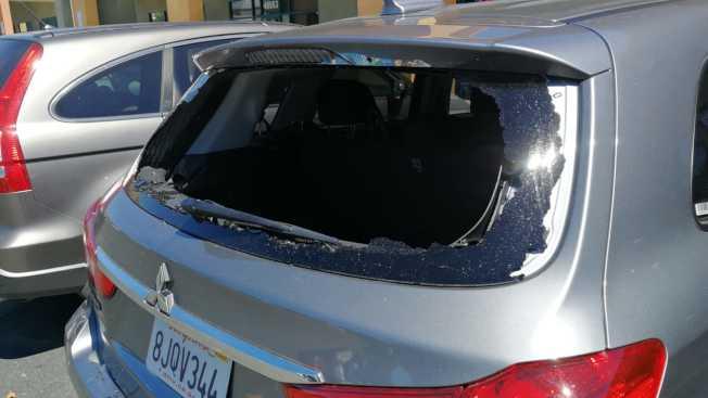 「美國恩雨之聲」攝影團隊表示,在小台北廣場被人破窗,車子就停在餐廳門口,不料光天化日下卻被歹徒打破後車窗,盜取所有攝影器材,包括攝影機、錄影機、鏡頭等,損失高達3萬4千多元。(圖:美國恩雨之聲提供)