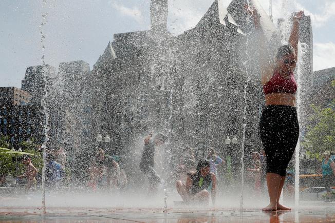 波士頓居民跳進市區噴泉戲水驅暑。(路透)