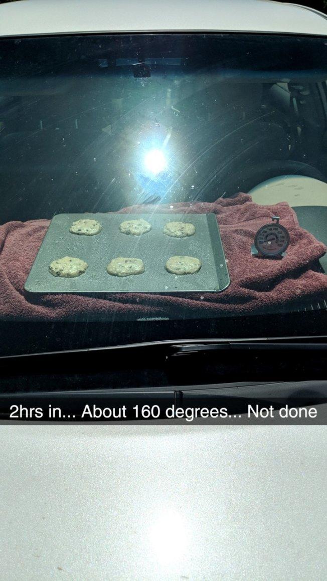 車內氣溫已達160℉,大約兩小時後,餅還沒有好。(取自推特)