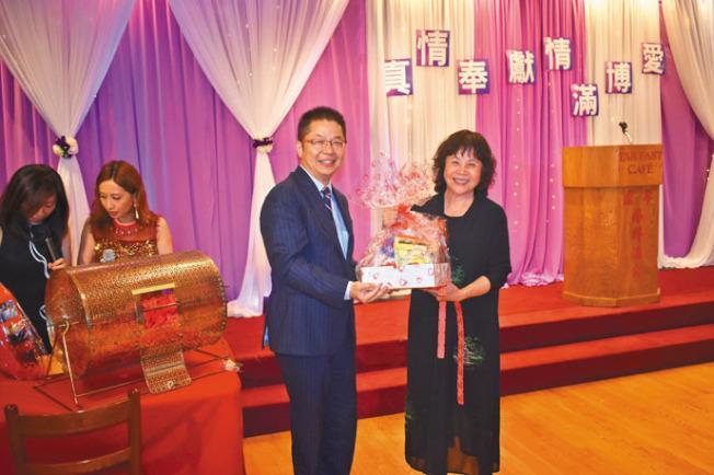 世界日報社長駱焜祺(右二)向幸運來賓送上獎品。(記者黃少華/攝影)