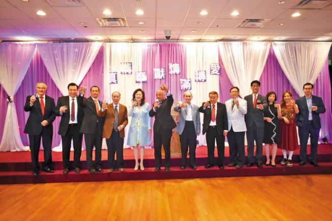 董事會全體成員向來賓們祝酒。(記者黃少華/攝影)