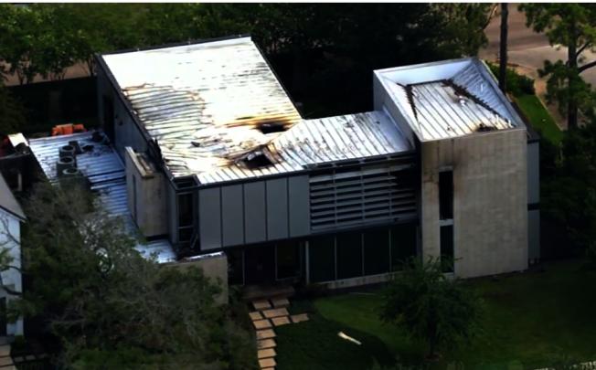 休士頓高級豪宅區橡樹河區18日晚間發生一場火警,當地一名民事法庭法官的百萬豪宅遭火吞噬,所幸沒有造成任何人員傷亡。(ABC 13電視台)