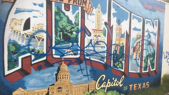 名聞遐邇的「從奧斯汀向您問候」壁畫遭人噴漆塗鴉。(CBS新聞台)
