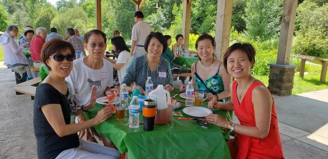 當日生日的校友壽星龍熙平(左)在家人好友圍繞下,接受祝福。(記者唐嘉麗/攝影)