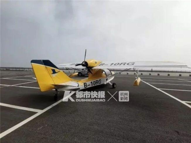一架飛機在停車場空地滑行了兩三圈。(取材自都市快報)