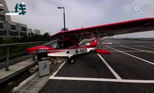 浙江湖州兩架南太湖邊的飛機15日被人偷開。民警查看監控發現,開飛機的是個13歲的男孩。他開第一架飛機撞上了停車場的防護欄。(視頻截圖)