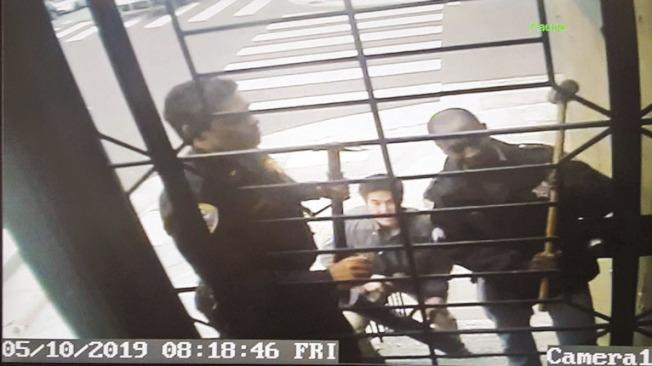 5月10日警員持法庭簽發的搜索令到記者卡莫迪家搜查。(卡莫迪提供)