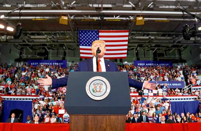 川普18日在集會上演講,不但沒有為他日前要四名國會女眾議員「滾回你的國家」的話道歉,反而繼續攻擊她們。(Getty Images)