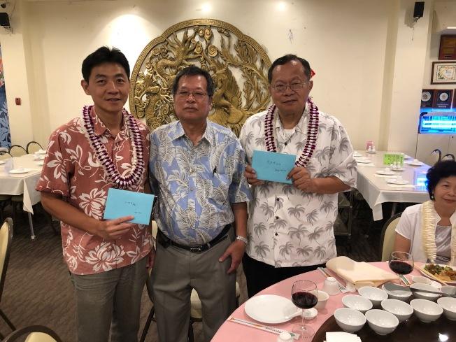 台灣同鄉會會長楊泰瑛(中)代表同鄉會辦贈利是給廖烈明副處長(右)與王裕宏組長。(通訊記者高振華╱攝影)
