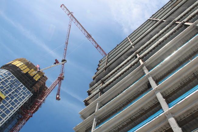 舊金山有不少高樓在建,將有更多的辦公用地。(記者李晗 / 攝影)