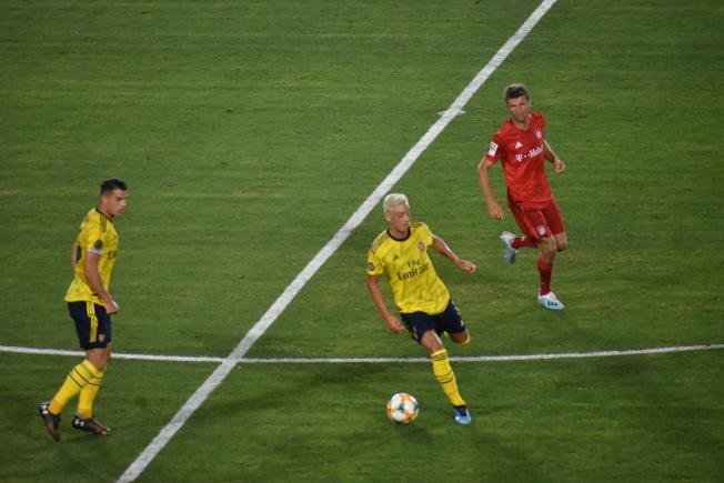 兩名德國人厄齊爾(中)和托馬斯·穆勒(右)的較量是本場比賽的焦點之一。左為阿森納新任隊長扎卡。(記者黃少華/攝影)