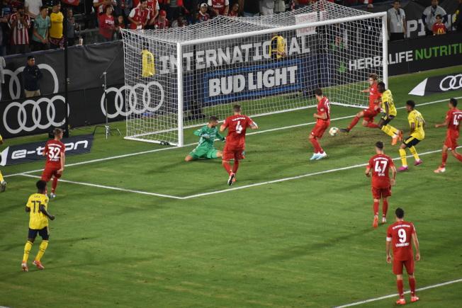 恩凱蒂亞在第88分鐘小禁區內捅射空門打入絕殺進球瞬間。(記者黃少華/攝影)