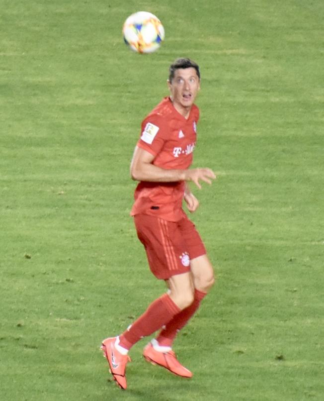 萊萬多夫斯基在第71分鐘頭球破門幫助拜仁慕尼黑扳平比分。(記者黃少華/攝影)