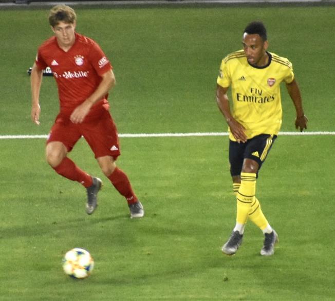 奧巴梅楊(右)在第49分鐘下底傳中造成波茲納斯基(左)打進烏龍球。(記者黃少華/攝影)