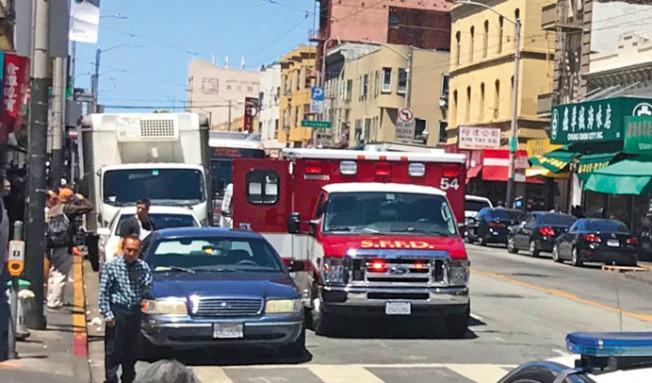 兩黃氏宗親總會領袖被四非裔嫌犯搶劫攻擊受傷後,等了最少30分鐘救護車才到達現場。(記者李秀蘭/攝影)