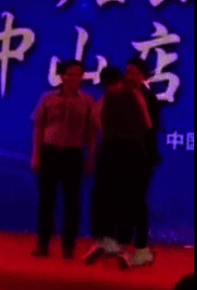 香港藝人任達華(右一)20日在廣東出席活動,被陌生男子(中)捅了一刀。(視頻截圖)