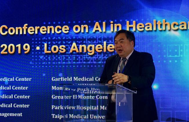 第二屆國際人工智能醫學大會主辦人李友專指出,人工智能在醫學界扮演越來越重要的角色。(記者陳開/攝影)
