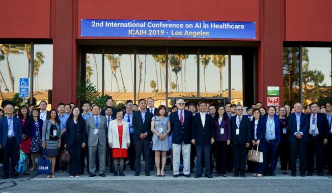 第二屆國際人工智能醫學大會19日開跑。圖為部分與會者合影。(記者陳開/攝影)