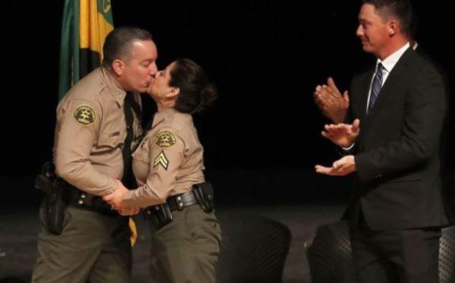 維拉紐瓦宣誓就職後獲夫人薇薇安親吻恭喜,兒子小維拉紐瓦在旁鼓掌。(洛杉磯時報)