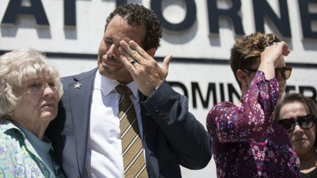 威廉斯家人在記者會聲淚俱下,包括奶奶(左起)、父親、姊姊、母親。(洛杉磯時報)