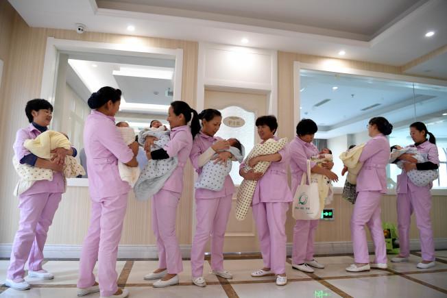 近年來,許多中國產婦選擇到月子中心享受產後孕婦調理和嬰兒照顧等服務。(新華社資料照片)