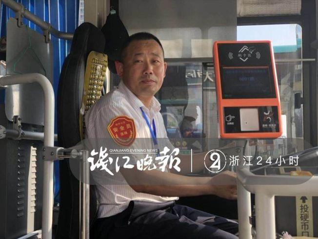 司機賈賀六年來都背著不良於行的樊大哥上車 ,還會幫他找一個靠窗舒適的座位。(取材自錢江晚報)