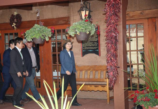 蔡英文總統在美國丹佛,戴著牛仔帽與參議員賈德納(Cory Gardner)(左三)午餐,地點在堡壘餐廳(The Fort),餐廳外觀是土紅色的西部傳統建築,與四周景觀融為一體。中央社