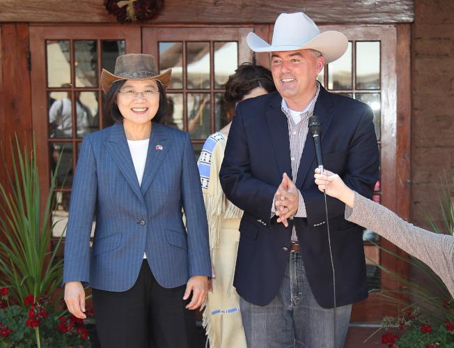 蔡英文總統過境美國丹佛,20日戴著牛仔帽與聯邦參議員賈德納(Cory Gardner)午餐,體會美國中西部風情外,聚焦科技、自由貿易等議題。中央社