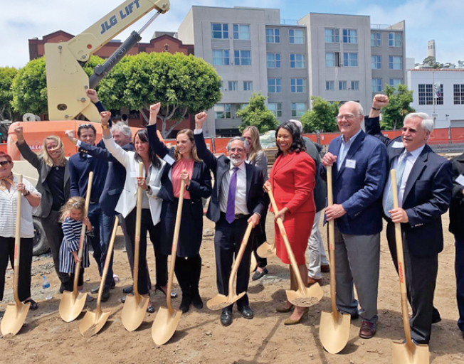 布里德市長和市議員佩斯金參加了百老匯街88號可負擔屋項目的奠基儀式。(照片由市長辦公室提供)
