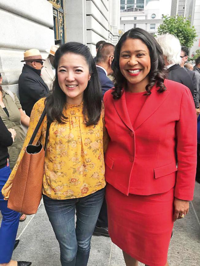 市長布里德會見支持6億美元住房債券的教師Cheryl Liu。(照片由市長辦公室提供)