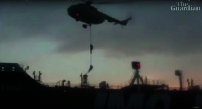 伊朗革命衛隊的武裝人員垂降至「史丹納帝國號」。圖截自YouTube