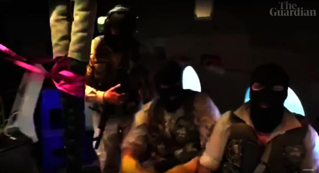 伊朗革命衛隊的武裝人員戴著面罩,準備垂降英國油輪「史丹納帝國號」。圖截自YouTube