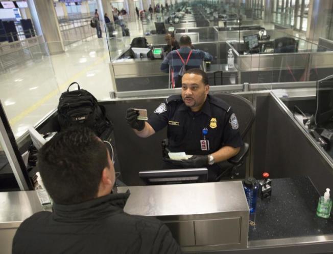 CBP官員人工填寫及錄入系統的I-94信息有可能錯漏,民眾應及時核對。(本報檔案照)