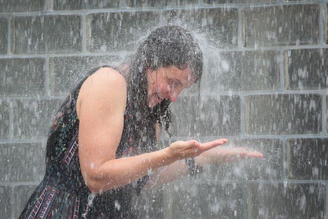 芝加哥民眾衝進噴泉,把自己淋個溼透。(Getty Images)