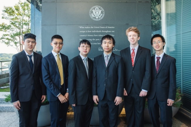 在國際奧數賽上奪冠的美國隊,由萬愛德(左起)、朱丹尼、王布蘭登、唐善墨、Luke Robitaille和黃文森組成。(美國數學協會提供)