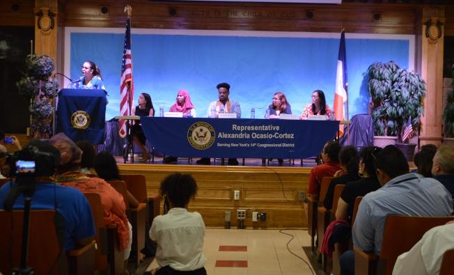 克魯茲(立者)支持歐凱秀(右五),以自身經歷要求政府善待每一位移民。(記者牟蘭/攝影)