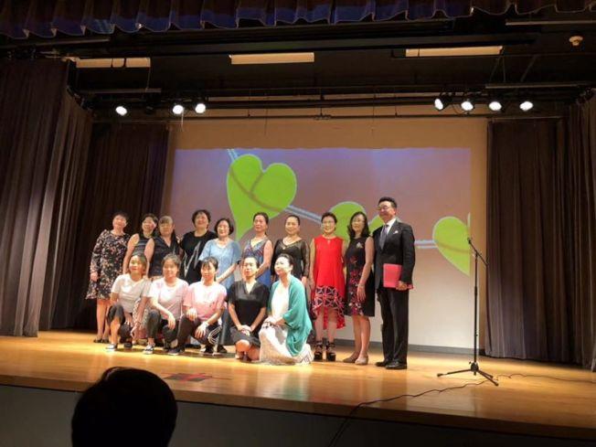 紐約市長辦公室「茁壯紐約」(ThriveNYC)、市健康與心理衛生局(Department of Health and Mental Hygiene)與皇后區公共圖書館法拉盛分館等日前聯手舉辦「詩歌音樂話心靈」演出,旨在向華裔社區宣傳心理健康,當日吸引200餘人參與;當日來自各行業的義工,通過詩歌朗誦、鋼琴、民樂演奏及心理健康宣傳短劇,為民眾帶來演出,同時帶來心理健康知識與應對技巧。(圖:宋怡幀提供;文:記者牟蘭)