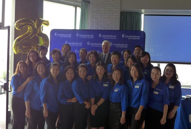 聯合健康保險日前在曼哈頓華埠慶祝其亞裔市場部成立25周年,同時也慶祝其在華埠所設立的第一家客戶服務中心25年。全美亞裔市場副總裁羅光甸 (Christopher Law)表示,很榮幸能成為這社區的一份子,幫助許多當地居民獲得他們所需要的醫療保險支持,以幫助他們活得更健康。我們期待在未來的25年繼續與社區合作,讓亞裔社區更活躍健康。(圖:主辦方提供;文:記者洪群超)