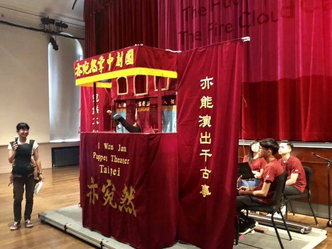 來自台灣的「亦宛然」掌中劇團日前在法拉盛文藝中心(Flushing Town Hall)上演西遊記經典「火雲洞」,全場爆滿;精緻的戲偶、靈活靈現的操偶技巧以及熱鬧的文武場音樂,受到各族裔兒童的喜愛。「亦宛然」掌中劇團執行長李俊寬表示,布袋戲又名掌中戲,在台灣發展已有數百年的歷史,此次由八人組成的團隊又帶來家喻戶曉的西遊記故事,希望幫助推廣傳統的中華文化,也讓旅居在外的僑胞有機會重溫台灣傳統表演。(圖與文:記者朱蕾)