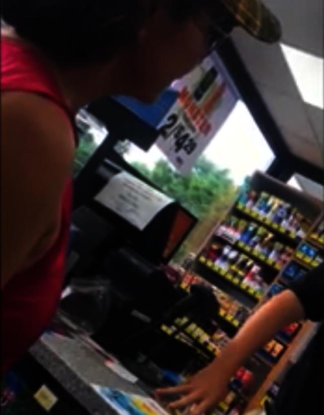 美一超商店員質疑客人公民身分。圖片取自Mafer Hmurphy臉書