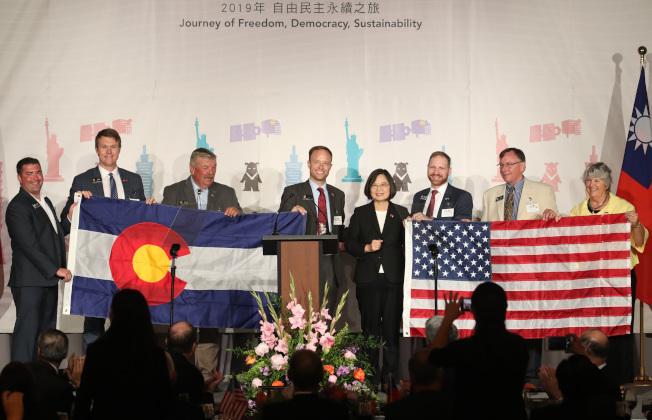 蔡英文總統(右四)結束加勒比海友邦訪問,19日返程過境美國科羅拉多州丹佛市,晚間出席僑宴,科羅拉多州的州議員上台致贈蔡總統科羅拉多州州旗與美國國旗。(中央社)
